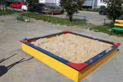 Завоз-песка-в-изготовленную-песочницу