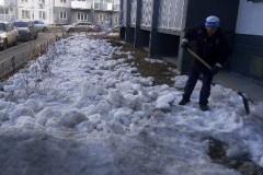 Агалакова-68-ворошение-снежных-куч-на-газонах-прометание-от-мусора