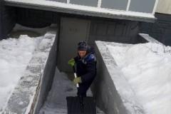 Агалакова-68-очистка-от-снега-ступеней-вход-в-ИТП-2