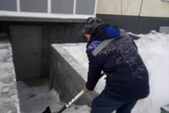 Агалакова-68-очистка-от-снега-ступеней-вход-в-ИТП