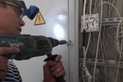 К.Духова-5-под.-3-ремонт-дверцы-этажного-электрощитка.